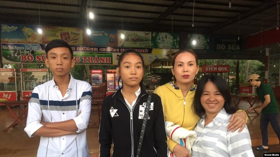 Bà Đỗ Thị Minh Hạnh (bên phải) cùng bà Chiêm Thị Tường Mạnh, vợ của ông Đoàn Huy Chương và hai người con - sau khi họ đến trại giam nhưng không đón được ông Chương, ngày 13/2/2017. (Facebook Maria Minh Hanh)