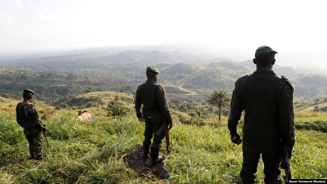 Des soldats se tiennent dans un camp de terrain des FARDC à Paida près de Beni, dans la province du Nord-Kivu en République démocratique du Congo, le 7 décembre 2018.