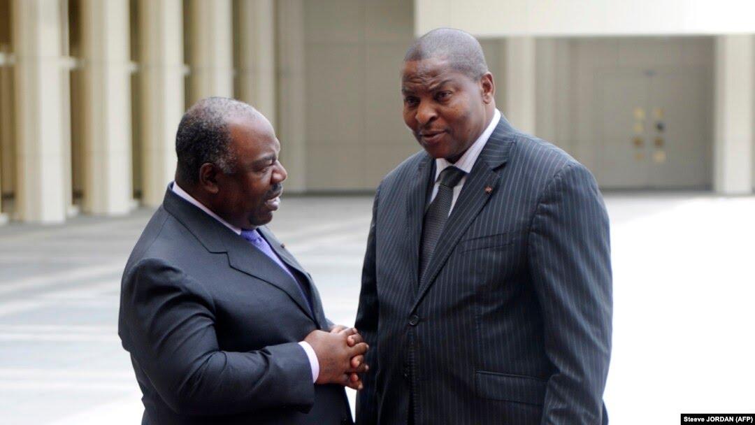 Le président du Gabon Ali Bongo Ondimba (à g.) reçoit le président de la République centrafricaine Faustin Archange Touadera lors du 8e sommet extraordinaire de la CEEAC, le 30 novembre 2016 à Libreville.